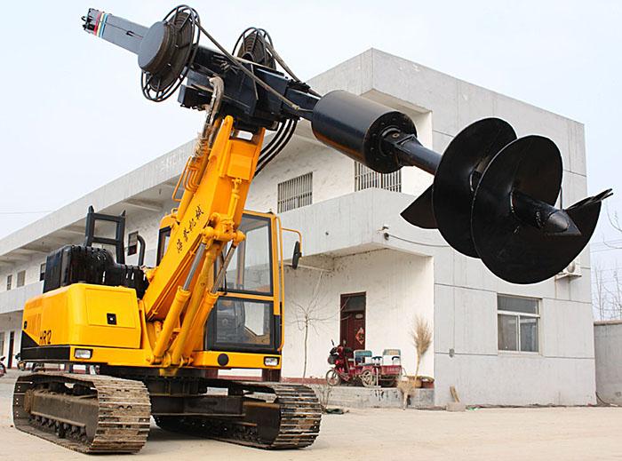 山东力强机械有限责任公司办公楼前拍摄的方杆履带旋挖钻机